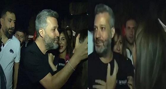 فيديو مثير لفنان لبناني حاول تقبيل مراسلة تليفزيونية على الهواء