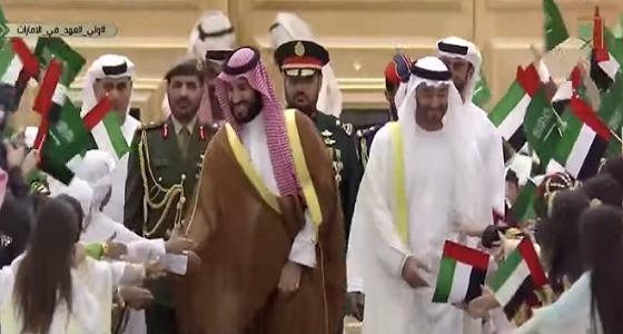 ولي العهد يصافح أطفال الإمارات ويستجيب لرغباتهم (فيديو)
