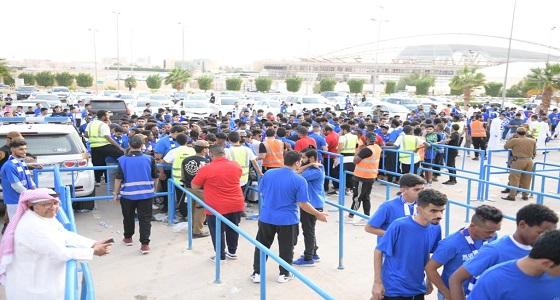 بالصور.. توافد الجمهور على استاد جامعة الملك سعود