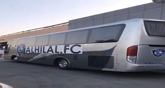 بالفيديو.. حافلة الهلال تنتظر أبطال آسيا في المطار