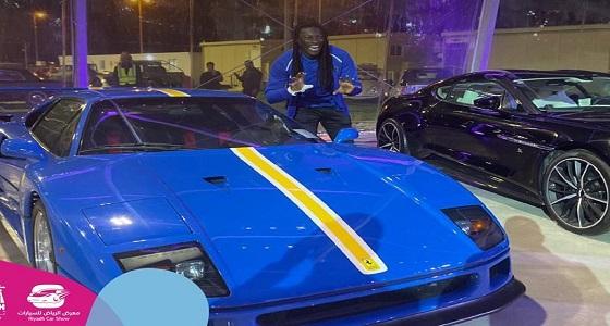 لاعبو الهلال يتفقدون سياراتهم الجديدة في معرض الرياض