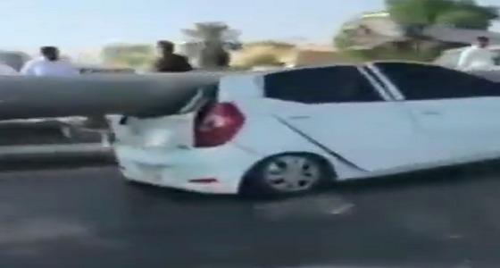 بالفيديو..لحظة سقوط عمود إنارة ضخم على مركبة أثناء سيرها