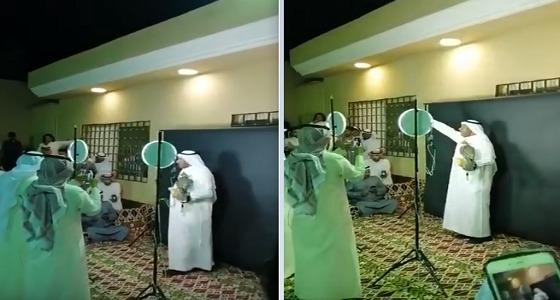 بالفيديو.. سعر صادم لصقر في مزاد علني بعرعر
