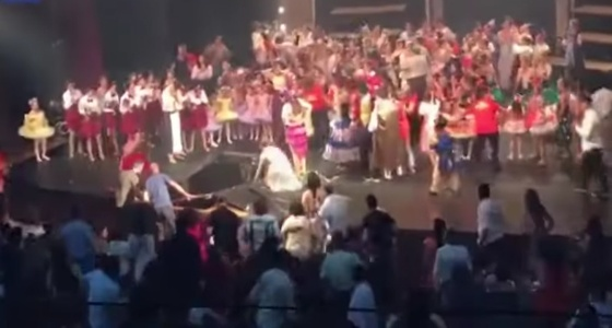 بالفيديو.. انهيار مسرح بمجموعة من الراقصين خلال تقديم مشهد النهاية