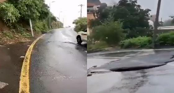 بالفيديو.. الأمطار تفاجئ أهالي فيفاء بنقل مطب صناعي من مكان أزعجهم إلى آخر