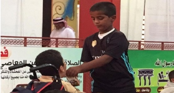 طالب يسقي بيديه زميله المعاق