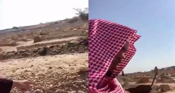 مواطن من ذوي الاحتياجات الخاصة يرفض مغادرة مقبرة والده لتونيسه (فيديو)