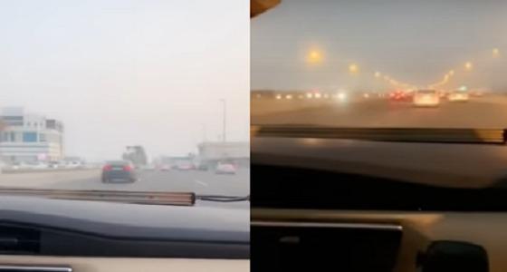 بالفيديو.. ضبط قائدي مركبات يسيرون على أكتاف الطريق بجدة