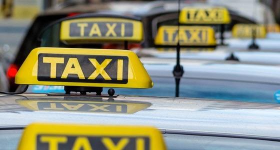 سائق تاكسي هندي يطيح برجل يهرب النساء للكويت