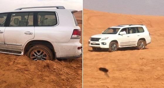 بالصور.. إنقاذ سيارة عالقة في رمال الغاذرية بالمنطقة الوسطى
