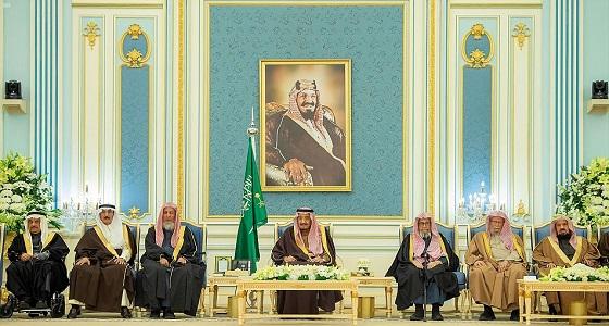 خادم الحرمين الشريفين يستقبل الأمراء ومفتي عام المملكة وجمعا من المواطنين