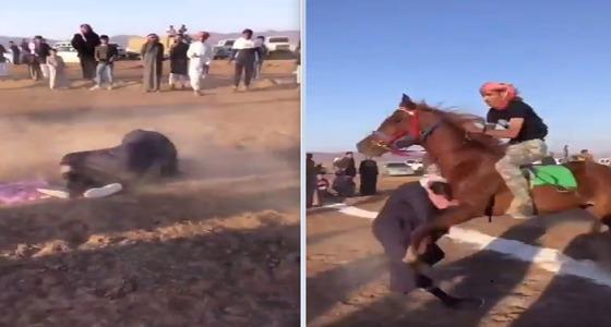بالفيديو..حصان يصدم شابًا إثر نزوله إلى ميدان سباق الخيل بحائل