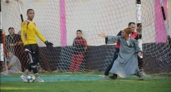 مشجع يعترض على حارس مرمى الفريق المنافس لتضييعه للوقت (صورة)