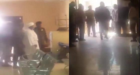 بالفيديو.. لحظة دخول عمر البشير إلى قاعة المحكمة