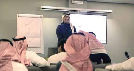 أكاديمي سعودي يصف العاملين في العلاقات العامة بأنهم مخبرين