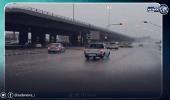 بالفيديو..الأمطار تغسل شوارع الرياض
