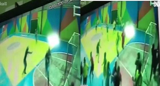 بالفيديو.. هجوم مسلح  على طلاب في ملعب مدرستهم