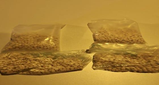 بالصور.. إفشال محاولة تهريب 4 آلاف حبة كبتاجون من القنفذة إلى جدة