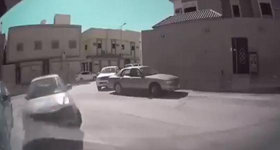بالفيديو..مطاردة بين مركبتين تنتهي باقتحام بوابة منزل