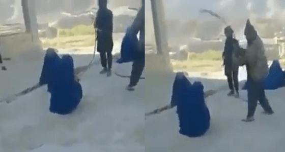 بالفيديو.. عناصر من طالبان يضربون نساء بوحشية لخروجهن من المنزل بمفردهن!