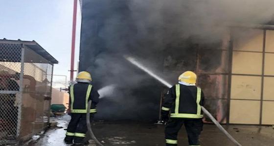 اندلاع حريق في مستودع أخشاب وحديد بجدة