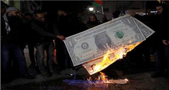 تعليقا على «صفقة القرن».. فلسطينيون يحرقون صورة ترامب