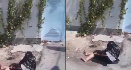 بالفيديو.. رجل عاق يضرب والدته ويطردها لإرضاء زوجته