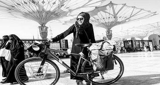 بالفيديو.. أول امرأة تصل إلى الحرم المكّي بدراجة هوائية للقيام بالعمرة