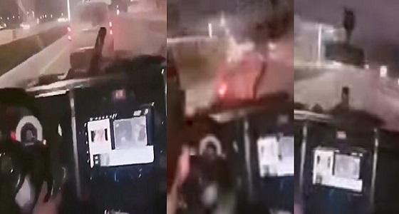 بالفيديو .. شرطة حائل تطيح بشاب مستهتر اصطدم بمركبة وواصل الطريق