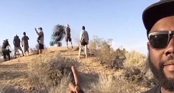 صورة سيلفي توثق لحظة طيران «سيارة» (فيديو)