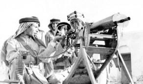 صورة نادرة للجنود يتدربون على مدافع العثمانيين بعد هزيمتهم في الحجاز