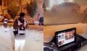 بالفيديو..سائق ينشغل بمشاهدة مقاطع أثناء سيره على طريق عام