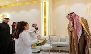 بالفيديو.. أمير الباحة يستقبل طفلة بديوان الإمارة