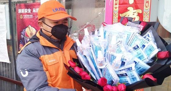 «الكمام» بديل الورد في عيد الحب بالصين