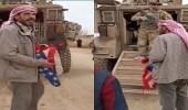 بالفيديو..سوري يمزق العلم الأمريكي صارخًا بوجه جندي: شو بدك بالبلد هون!