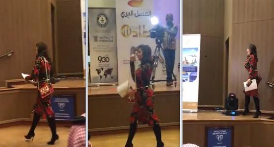 بالفيديو..شاعرة عراقية تلفت الأنظار بطريف