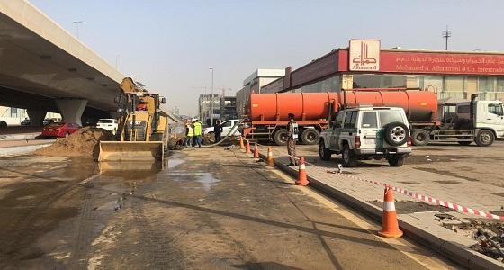 بالصور.. تسرب مياه يتسبب في هبوط كبير بطريق عام في جدة