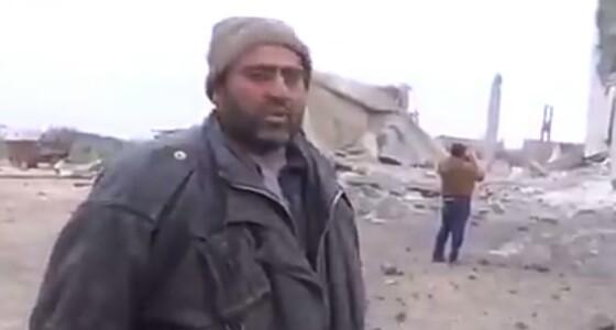بالفيديو.. سوري يبكي بعد هدم منزله بغارة روسية ويصرخ: وين العرب