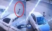 بالفيديو..لحظة نجاة شاب متوقف بسيارته من مصير مروع في جازان