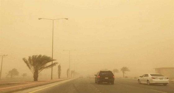 عاصفة ترابية تجتاح طريق «العلا - حائل» والنقل تحذر