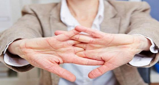 «فرقعة الأصابع» عادة مزعجة تسبب أمراض مبكرة