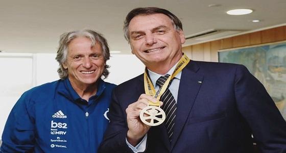 شاهد.. جيسوس يقلد رئيس البرازيل ميدالية السوبر البرازيلي