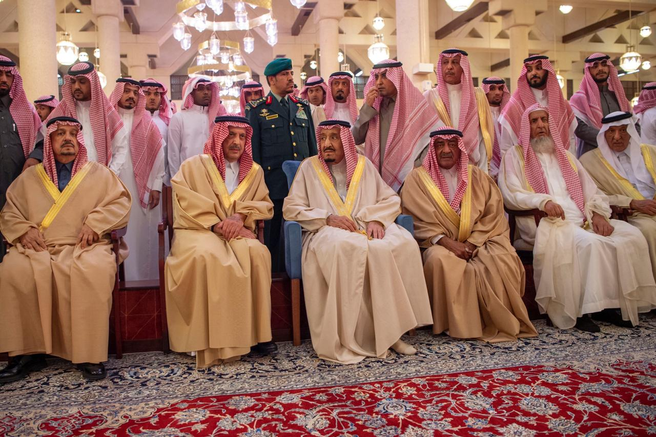 شاهد.. خادم الحرمين وولي العهد في صلاة الجنازة على الأمير طلال