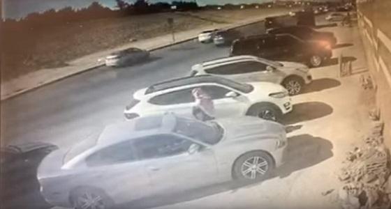 بالفيديو.. شاب يكسر زجاج سيارة ويسرق حاسوبًا في الرياض