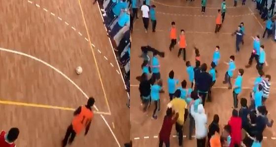 بالفيديو.. طالب بإحدى مدارس جدة يسجل هدفا جميلا من مسافة بعيدة