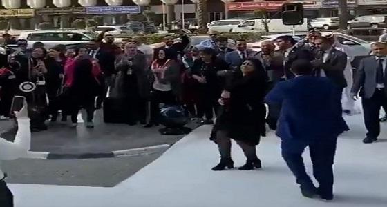 إحدى الجاليات ترقص في الشارع الكويتي على أغنية«خمور وحشيش» (فيديو)
