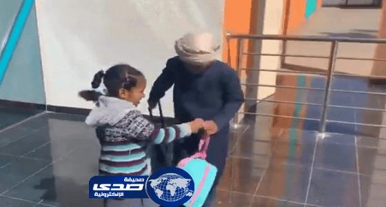 فيديو مؤثر لطفل يتيم يوصل أخته يوميا إلى المدرسة ويسأل عن مستواها