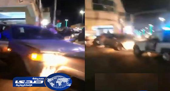 بالفيديو.. القبض على قائد مركبة قاوم رجال الأمن وصدم سيارة متعمدا في الجوف