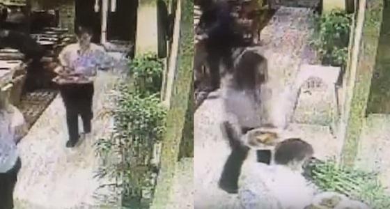 بالفيديو.. سقوط مروع لعامل مطعم يحمل الأطباق دون وقوعها