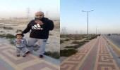 بالفيديو..مواطن يعثر على طفل وشقيقته تائهين على الطريق السريع بالرياض